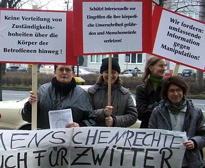 Foto: Kundgebung zum 1. Prozesstag im 'Zwitterprozess' vor dem Landgericht Köln,12.12.2007.